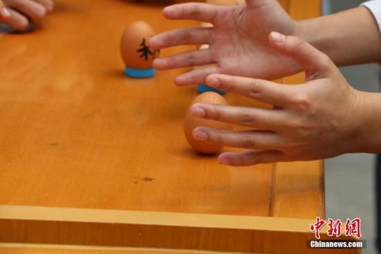 """资料图:秋分,江西理工大学举办了一场""""竖蛋大赛""""。成阳 摄"""
