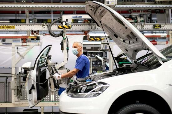 大众将加快向电动汽车转型,称特斯拉设定了新标准