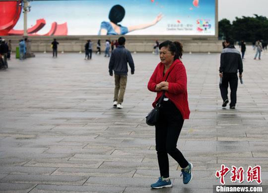 资料图: 北京市民换上秋装。温宸鉴 摄