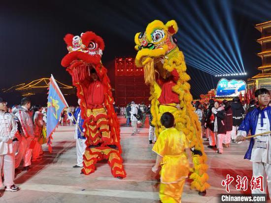 河南焦作陈家沟民众举行庆祝活动