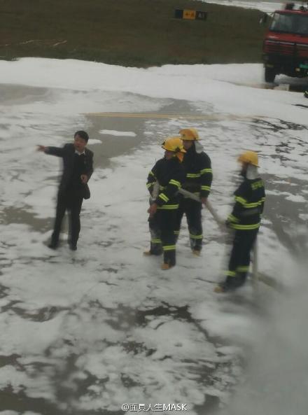福州機場現場消防人員滅火