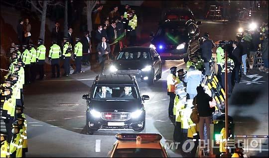 朴槿惠被送监的场面。(韩媒MoneyToday)