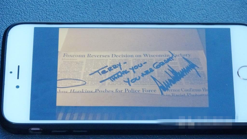 """郭台铭向媒体展示3月时鸿海高层与特朗普会晤,特朗普出示当地媒体对鸿海的报道照片,还在上面写下""""感谢,你很棒"""" 图源:台湾""""中央社"""""""