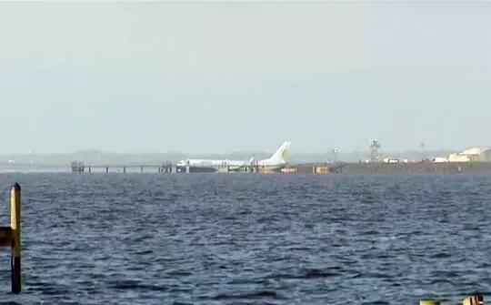 波音飞机滑入河中