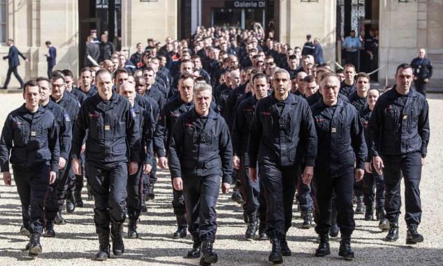巴黎圣母院大火消防员进入爱丽舍宫接受表彰。(图:美联社)