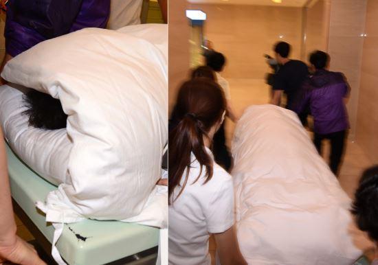 资料图:为防止记者拍摄,朴槿惠住院时被全身包裹。(韩国纽西斯通讯社)