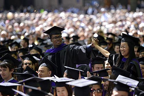 即将毕业的学子在耶鲁大学毕业典礼上庆祝获得学位。(新华社)