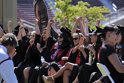 在临近美国旧金山的斯坦福大学体育场内,学生们在毕业典礼上欢呼。(新华社)