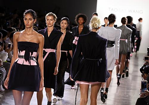 资料图:模特在纽约时装周上进行展示。(新华社)
