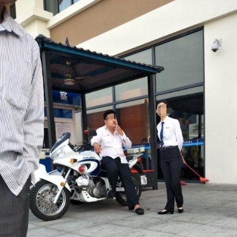 ↑邓大楣晕倒在地,裴某璟坐在警用摩托车上吸烟