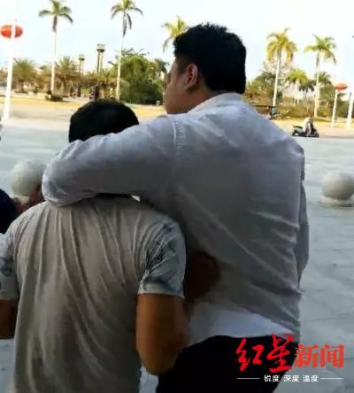 ↑发生争执后,裴某璟勒住邓自立弟弟的脖子走到站前广场