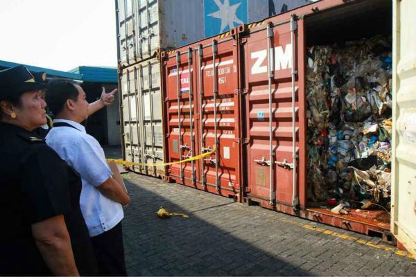2014年,菲律宾海关检查了位于港口的集装箱,内含大量垃圾。(abs-cbn)