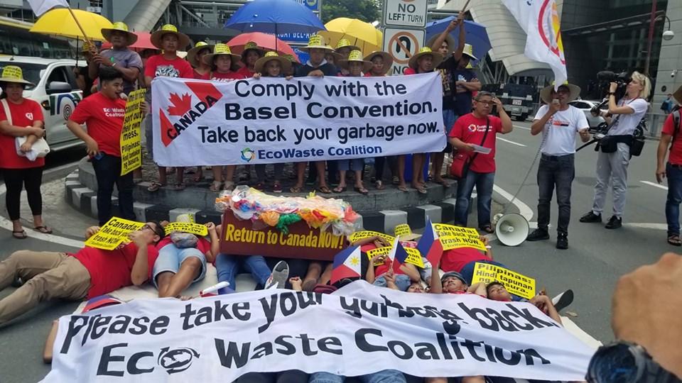 """加拿大驻菲律宾大使馆被环保人士""""堵门""""抗议。(马尼拉公报)"""