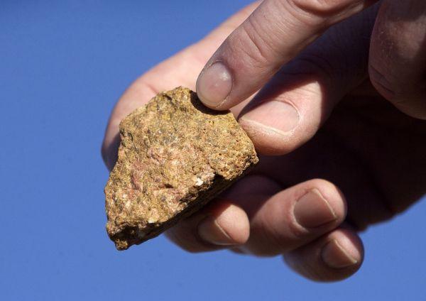 图为含有稀土资源的矿石。(图片来源:新华/路透)
