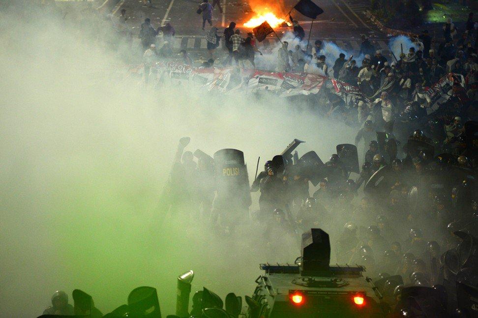 警察和示威者发生冲突(图源:南华早报)