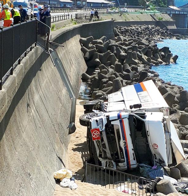 货车带10吨日本自卫队炮弹从5米高桥上滚落(图)_法国新闻_法国中文网