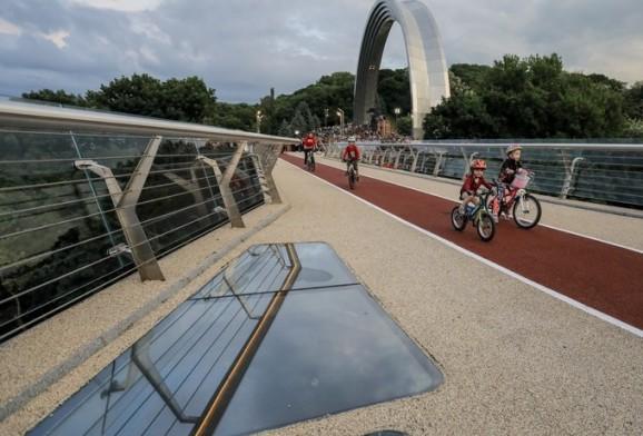 基辅市25日开通景观玻璃桥 (图源:塔斯社)
