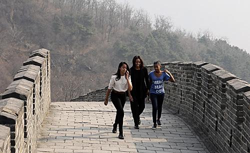2014年,奥巴马夫人米歇尔与女儿玛丽亚和萨莎在北京游览慕田峪长城。(新华社)