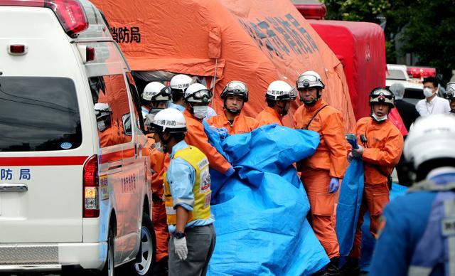 现场救援人员(朝日新闻)
