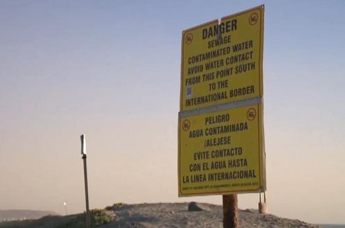 关闭海岸线的告示牌。(图源:福克斯新闻)