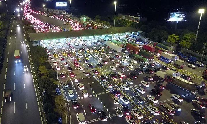 2018年9月30日晚7时许,位于江苏省常熟市的沈海高速苏通大桥南收费站附近排首绵延数公里的汽车长龙。新华社发(金汉昕 摄)
