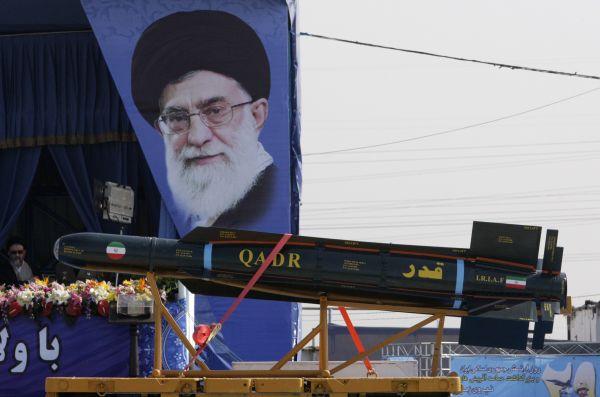 资料图片:2012年4月17日,一枚导弹亮相伊朗首都德黑兰建军节阅兵式。新华社/美联