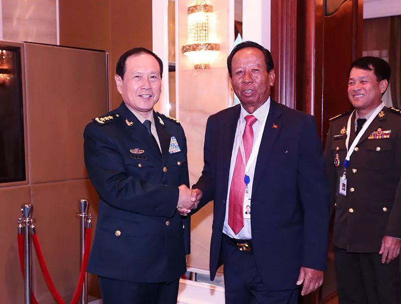 第18届香格里拉对话会5月31日至6月2日在新添坡举走,约40个国家的国防部长、军队高官和行家学者与会,就亚太地区炎点坦然议题睁开商议。会议期间,中国国务委员。兼国防部长魏凤和会见柬埔寨副首相兼国防大臣迪班。李晓伟 摄