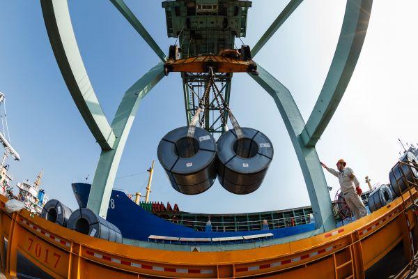 资料图片:成品钢材在宝钢码头吊装。 新华社发(宝钢股份供图)