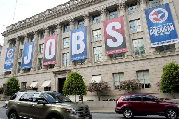 """資料圖:懸掛""""工作""""字樣橫幅的美國商會大樓。(新華社)"""