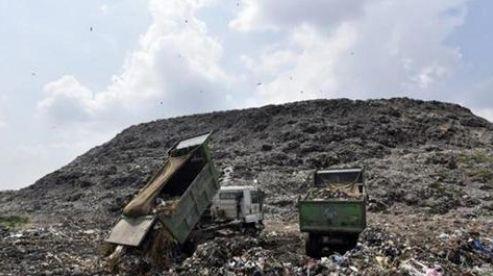 """▲新德里的""""垃圾山""""(图源:印度斯坦时报)"""