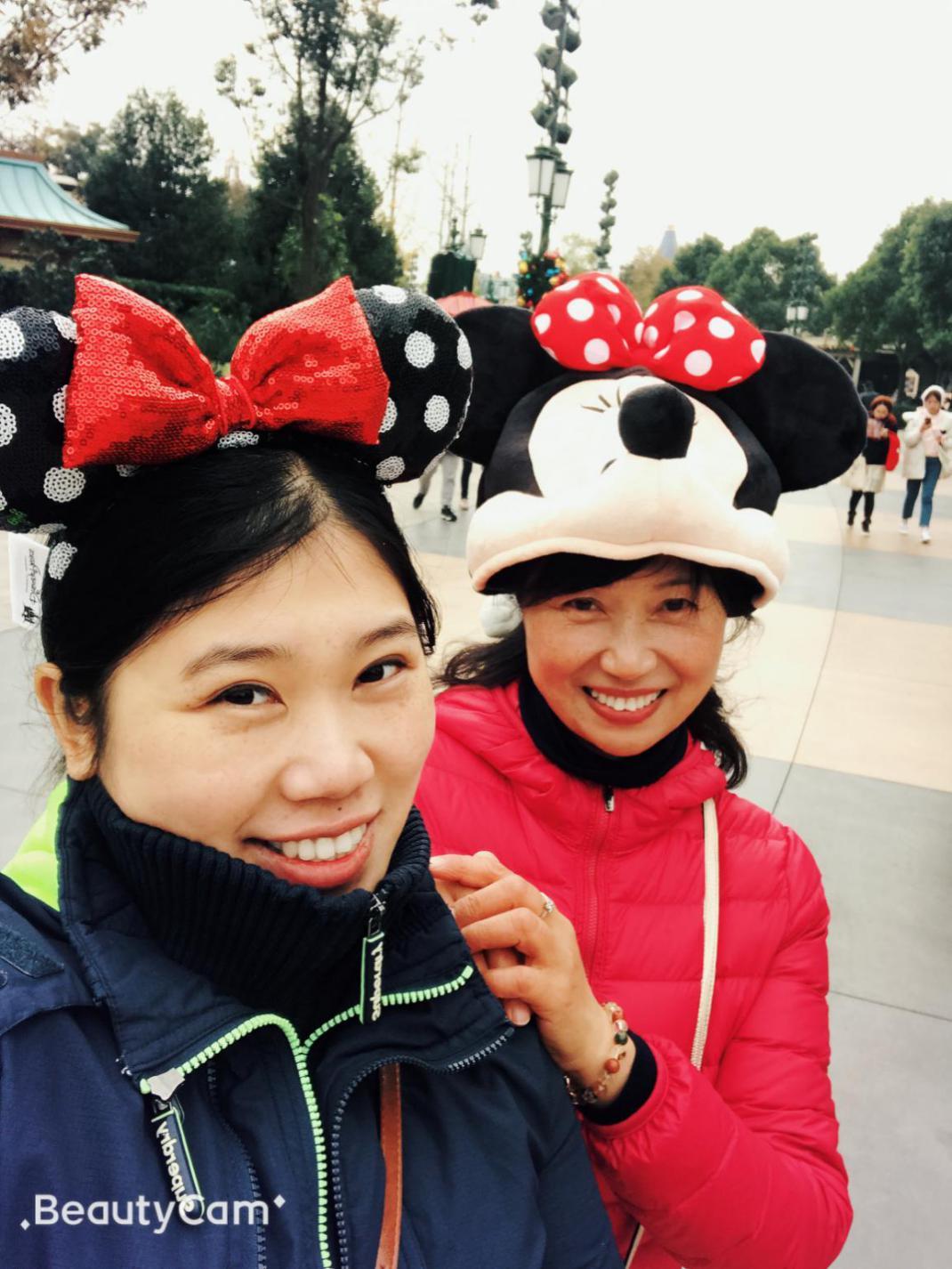许菲和妈妈在迪士尼的相符影