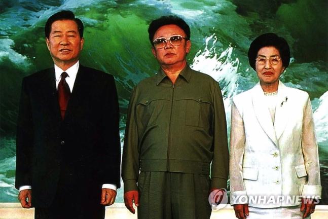 金大中夫妇与金正日的合影(韩联社)
