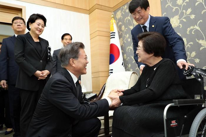 2017年,韩国总统文在寅慰问李姬镐。(青瓦台)