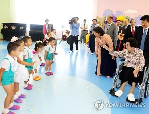 2015年,李姬镐参观朝鲜平壤一家孤儿院。(韩联社)