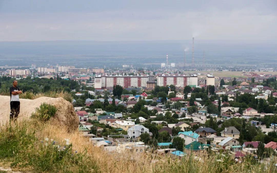 远眺吉尔吉斯斯坦首都比什凯克。(新华社记者 费茂华 摄)