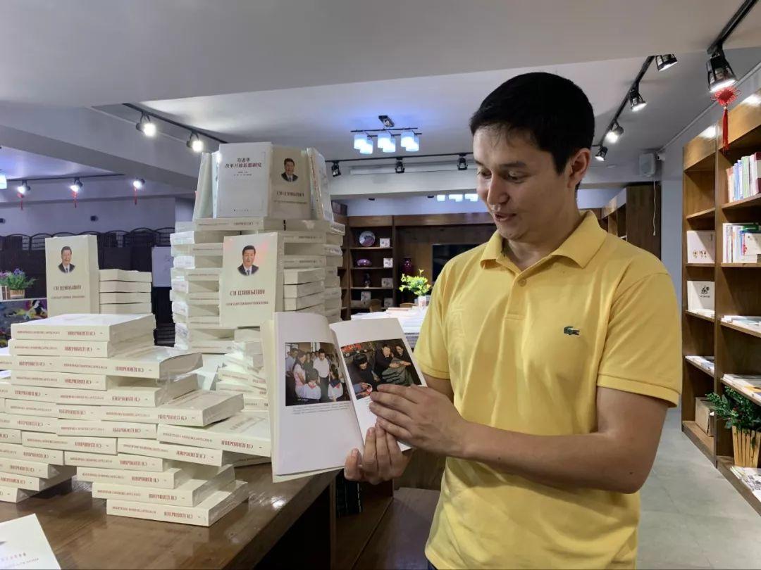 阿肯木说,他喜欢从经济、文化、政治著作中更全面地了解中国。(新华社记者 郑晓奕 摄)