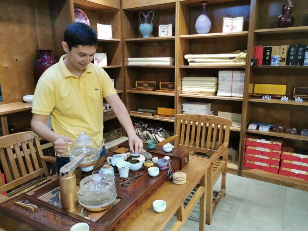 阿肯木还秀起了自己的功夫茶技,动作有板有眼。(新华社记者 王申 摄)