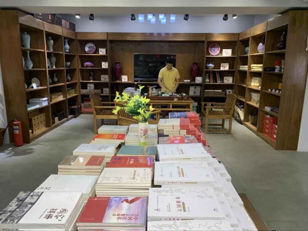 比什凯克市中心的新华书店里,中文书籍摆放在醒目位置。(新华社记者 高洁 摄)