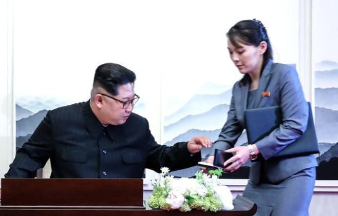 金正恩与妹妹金与正(韩国《中央日报》)