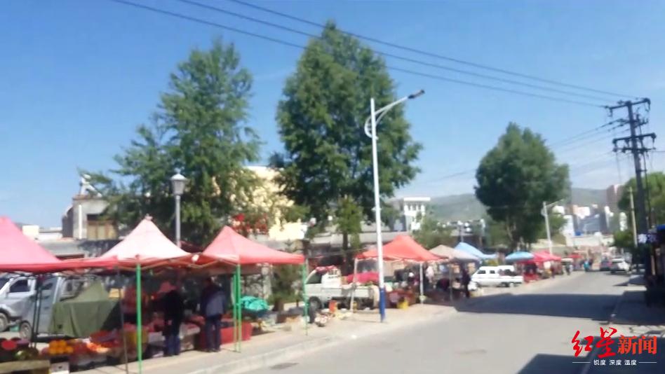 ↑湟源县临时农贸市场,摊贩分散在街边流动经营