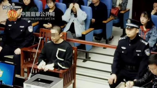 被告人何礼达在一审庭审现场