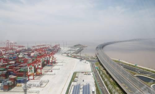 自贸区吸引大量合同外资。图为码头集装箱堆场。新华社