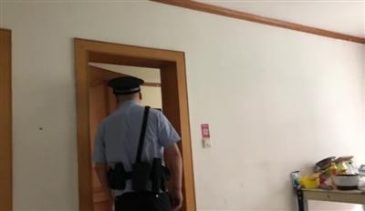 民警来到小谷的住所询问情况