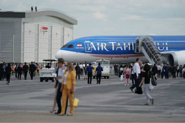 图为巴黎航空展期间,波音展示的787-9机型。 (图:CNBC)