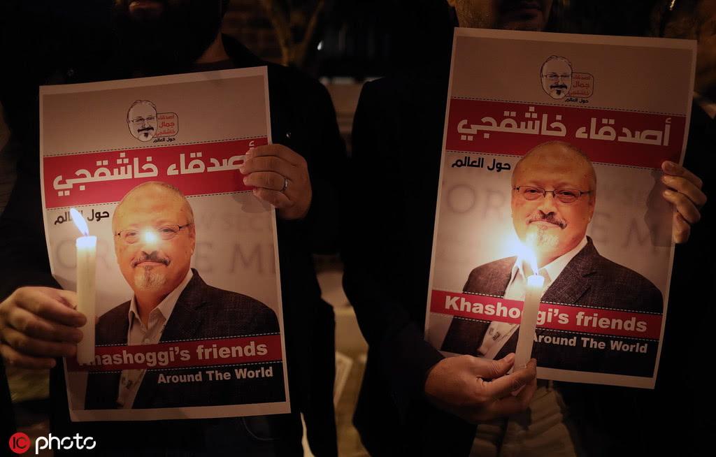 2018年10月25日,悼念卡舒吉的抗议者们在沙特领事馆外示威(图源:东方IC)