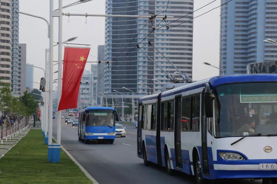 6月19日,平壤市区主要大街仓田大街两旁已经悬挂着朝中两国国旗。新华社记者江亚平摄