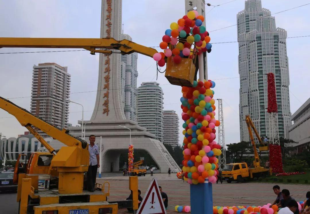 6月19日,当地工作人员在平壤黎明大街街边悬挂彩球。新华社记者江亚平摄