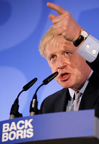 当地时间6月12日,在英国伦敦,英国前外交大臣鲍里斯·约翰逊为竞选发表演说。(新华社/法新)
