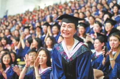 毕业典礼上,周亚松的求学经历赢得了全场师生的掌声记者李子云摄