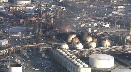 美���M城最大��油�S爆炸致5人��